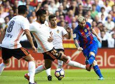 Novena Jornada de Liga. Valencia - FCB (2-3). Messi dispara a puerta para realizar el primer gol para el Barça.
