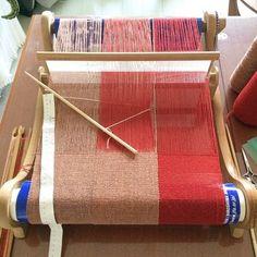 アシュフォード社卓上織り機。織り幅は40㎝・60㎝・80cmの織り機があります。大きなストールやテーブルクロスなども作れそうです。