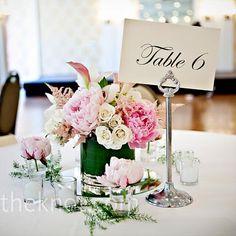 Me encanta la flor sola en el vasito.  Pink arrangements of orchids and peonies topped the tables.