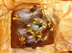 Reisesouvenir (3) Die Bäckertüte vom Campo de' Fiori in Rom: Köstlich! Castagnaccio - ein Kuchen aus Kastanienmehl mit Pinienkernen und Rosinen - Foto © Welz