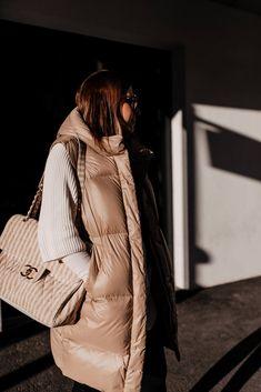 Am Modeblog zeige ich dir die schönsten Steppwesten für den Winter! Wie ich Daunenwesten am liebsten kombiniere und 3 weitere Outfit-Ideen stelle ich dir heutevor. www.whoismocca.com Casual Chic Outfits, Oversize Pullover, Elegant, Outfit Of The Day, Raincoat, Winter Jackets, Street Style, Coats, Interior