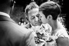 Prachtig moment tussen vader en dochter  #ceremony #wedding #emotion #tears #weddingphoto #bruidsfoto #bruiloft #trouwen #bruid #vader #father #trouwtrendy  www.trouwtrendy.nl
