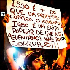 Manifestante exibe o motivo da revolta popular.