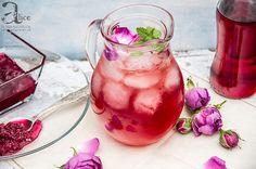 Sirop de trandafiri este o reteta speciala din trandafiri de damasc, acei trandafiri mici si parfumati speciali pentru dulceata. Alcoholic Drinks, Cocktails, Yummy Food, Tasty, Vegetables, Glass, Syrup, Canning, Fragrance