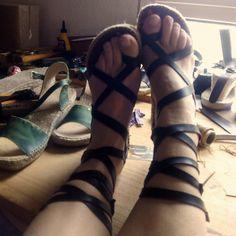 Taller y sandalias de tiras cruzadas modelo Peregrinas_mediacuña (6cm) en negro