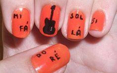 Alana Camila usou um esmalte laranja vivo para dar muito mais cor à nail art musical!