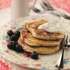 This Lemon And Raisin Pancakes Recipe is delicious for breakfast. Top the pancakes with syrup for an extra indulgence. Almond Flour Pancakes, Tasty Pancakes, Blueberry Pancakes, Best Breakfast, Breakfast Recipes, Pancake Recipes, Scotch Pancakes, Drop Scones, Flat Cakes