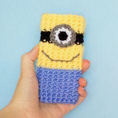 I LOVE this crochet cozy! It's a minion! Minion Phone Case Crochet Pattern via Hopeful Honey Crochet Cozy, Bead Crochet, Diy Crochet, Crotchet, Crochet Hooks, Crochet Christmas Gifts, Crochet Gifts, Rainbow Loom, Minion Phone Cases
