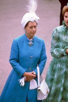 The Princess wears a feather-topped head wrap and bright blue coat to Royal Ascot in Princess Margaret Wedding, Royal Princess, Princess Style, Princess Diana, 60s Fashion Trends, 1960s Fashion, Royal Fashion, Fashion Ideas, Fashion Through The Decades