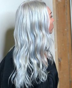 bunte haar To get the look, the hair is dyed blonde, and slight tints of colors like peach, pink, lavender and pale blue are added at the roots. Blonde And Blue Hair, Blonde Hair With Blue Highlights, Silver Blue Hair, Light Blue Hair, Blonde Ombre, Ash Blonde, Platinum Blonde, Ombre Hair, Wavy Hair