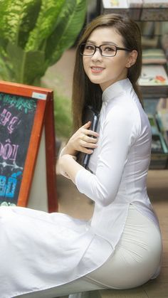 Vietnamese women in their traditional dress.Totally clothed, and absolutely gorgeous.Pure white and naughty pink. Ao Dai, Non Blondes, Vietnam Girl, Vietnamese Dress, Beautiful Asian Women, Sexy Asian Girls, Asian Woman, Girl Photos, Asian Beauty
