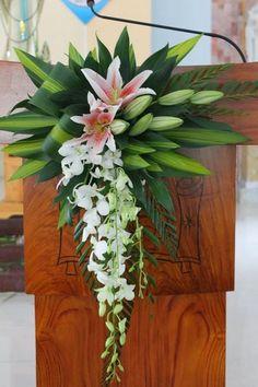 ideas flowers arrangements lily ikebana for 2019 Tropical Flower Arrangements, Modern Floral Arrangements, Creative Flower Arrangements, Church Flower Arrangements, Beautiful Flower Arrangements, Beautiful Flowers, Alter Flowers, Church Flowers, Funeral Flowers