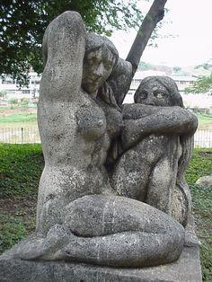 """Escultura """"As Mulheres"""", de José Pedrosa, embeleza uma das residências da cidade."""