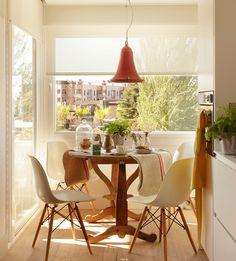 Rincon entre ventanales con office. Detalle de office con una mesa redonda junto a la ventana