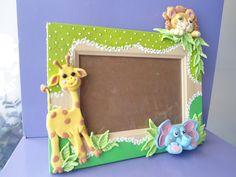 Porta retrato de MDF decorado com biscuit