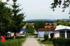 Der Campingplatz Unser Campingplatz liegt am Rande von Thalwenden, einem kleinen Ort in Nordthüringen ganz zentral in Deutschland. Hier können Sie sich am Fuße des I-Berges erholen und schöne Stunden in Geselligkeit und angenehmer Atmosphäre verbringen.