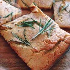 Farinata (Glutenfreies Italienisches Fladenbrot aus Kichererbsen) - Dieses glutenfreie, vegane Fladenbrot wird mit Kichererbsenmehl gebacken. Es ist ideal zum in Olivenöl stippen oder man kann es auch wie eine Pizza belegen. @ de.allrecipes.com