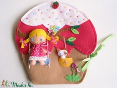 Ebben az édes, színes cukorkás kis  muffin házikóban lakik Luca , a bájos sütibaba és aprócska cicája, Cilu.  Luca kedvenc időtöltése a sütés, finomabbnál finomabb sütiket,tortákat és muffinokat készít tündéri konyhájában.  Az aprócska cica és Luca sok időt tölt színpompás virágokkal teli kertjükben, mivel Cilu imádja a hintázást hatalmas cseresznyefájukon.  Este miután ágyba bújnak jöhet az olvasás, cicája ilyenkor kíváncsian figyeli kuckójából, hogy milyen izgalmas mesét hall majd bájos…