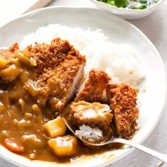 Katsu curry is a variation of Japanese curry with a chicken cutlet on top. Adding chicken cutlet brings the Japanese curry up to the next level. Pork Cutlets, Chicken Cutlets, Chicken Cutlet Curry Recipe, Chicken Schnitzel, Japanese Potato, Japanese Food, Japanese Chicken, Curry Udon, Curry Rice