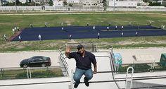 I jeans più grandi del mondo? Quelli nella foto: taglia XXXXXXXXXXXXXL,misurano 50 metri e li hanno cuciti nel 2009 gli studenti dell'Istituto Arabo di m