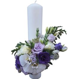 Lumanare botez alcatuita din trandafiri, lisianthus, frezii, orhidee phalenopsis si accesorii. /  Baptism candle made of roses, lisianthus, freesias, phalenopsis orchids and accessories.