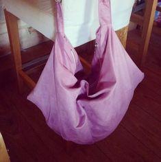 Voici ma première cousette @verosacotin , un sac swing. J'ai craqué sur le modèle rose du site. Je me suis donc fait le même.  Doublure en tissus amy buttler de mon stoc. Suedine mpm et kit swing rose clair lmdc  #isew #jecouds #coutureaddict #sewingaddict #topaz25 #husqvarnaviking #sacotin