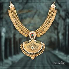 Gold Jewelry In Pakistan Gold Temple Jewellery, India Jewelry, Gold Jewelry, Fine Jewelry, Statement Jewelry, Jewelry Design Earrings, Gold Jewellery Design, Necklace Designs, Diamond Jewelry