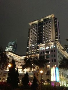 The Peninsula Hong Kong 香港半島酒店 in 尖沙咀, Kowloon City Peninsula Hong Kong, Vertical City, British Colonial, Beautiful Hotels, Willis Tower, Best Hotels, Empire State Building, San Francisco Skyline, World