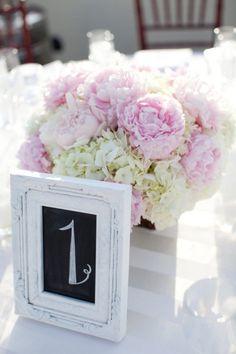 Tischdeko Hochzeit Pfingsrosen Hortensien rosa weiss