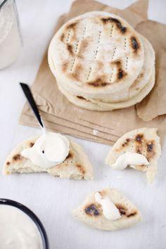 Pain-polaire Pain suédois ! Idéal pour les sandwiches. Les pains polaires nous viennent de Suède. C'est un pain plat, cuit à la poêle que l'on utilise par deux pour en faire des sandwichs. Avec des crudités, une sauce fromage blanc et du saumon fumé, c'est absolument délicieux !