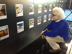 Patrizio Roversi di Turisti per Caso guarda con interesse le foto della mostra #sestosensomarche allo stand della Regione Marche alla BIT di Milano 14-17 febbraio 2013