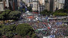"""En reclamo de que se detengan los despidos y las suspensiones, e impulsando un cuestionamiento de fondo para que el Gobierno """"cambie el rumbo económico"""", las dos CTA se movilizarán esta tarde a la Plaza de Mayo.   #cta #PARO NACIONAL"""