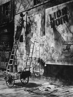 Paris 1948. Colleur d'affiche...