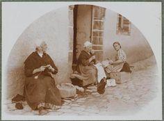 Rochefort-en-Terre, femmes cousant devant leur porte Lhermitte Charles Augustin (1881-1945)Paris, musée d'Orsay