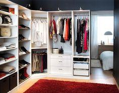 Otwarta garderoba zszafami natrzech ścianach. Dzięki narożnej szafie dostęp dowszystkich rzeczy jest komfortowy.  Garderoba może być zamykana lub nie. Wzamykanej garderobie można zrezygnować zfrontów szaf. Wotwartej - szafy zamykane drzwiami (nazawiasach lub przesuwanymi) ochronią przedkurzem.  Dodatkowa zaletą garderoby jest to, żemożna wykorzystać ścianę garderoby odstrony sypialni, naprzykład natelewizor.