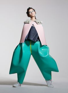 University of Westminster graduate Valeska Jasso Collado was inspired by the color, finish and form of Memphis furniture Weird Fashion, Funky Fashion, High End Fashion, Fashion Art, Fashion Show, Fashion Design, Fashion Trends, Fashion 2017, Avant Grade