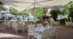 Fogón del Navegante. La más apetitosa parrilla entre los jardines del hotel Las Américas Casa de Playa, con suculentas carnes y mariscos a la brasa, acompañados de ensaladas frescas.
