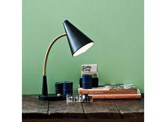 Kleine bureaulamp met schakelaar op de voet. De Herstal Duet Table heeft een flexibele arm die verstellen gemakkelijk maakt. Hij is verkrijgbaar in wit of zwart.