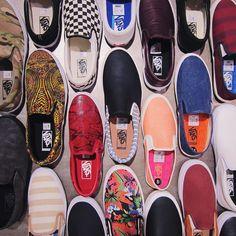 - VANS - SLIP-ON -  Slip-ony jsou jediný boty, který obujete do pěti sekund a který se hodí prakticky ke všemu. Díky tomu jsou už pár let totální must have na léto. A kde se vzaly? Poprvé se slip-ony objevily ve filmu Fast Times at Ridgemont High v roce 1982. Tehdy je tam obul Sean Penn a od tý doby je nosíme všichni..