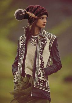 Anna Selezneva con chaqueta tribal y gorro de lana en el catálogo de Free People Noviembre 2013 Mystical Holiday:
