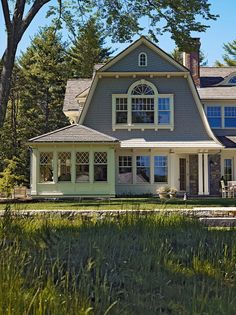 Small Dutch Colonial Design Ideas, Pictures, Remodel and Decor Dutch Colonial Exterior, Dutch Colonial Homes, Traditional Exterior, Style At Home, Gable Window, Benjamin Moore, Gambrel Roof, Arched Windows, Bay Windows