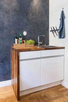 Un estudio decorado en madera y color gris