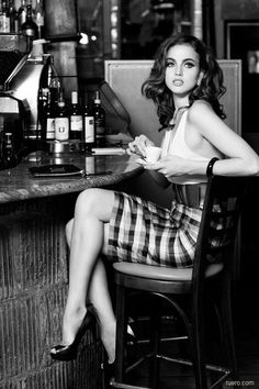 Italian chic- black and white photo of women in cafe!