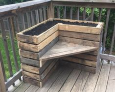 Pallet Outdoor Furniture DIY Pallet Bench with Flower Box for Corner - Pallets Pro - All you need is to get this DIY pallet bench with L-shape flower box which would be delightful addition to any corner of your home open spaces! Pallet Garden Furniture, Pallet Furniture Designs, Diy Outdoor Furniture, Furniture Projects, Garden Pallet, Diy Furniture, Furniture Layout, Palette Furniture, Rustic Furniture