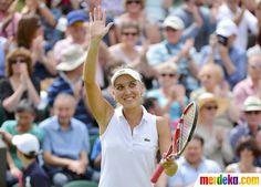 Petenis Rusia, Elena Vesnina menyapa penonton saat setelah mengalahkan Venus Williams petenis asal Amerika Serikat di pertandingan tenis tunggal putri pada kejuaraan tenis Wimbledon.