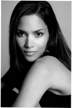 Halle Berry by Annie Leibovitz. This is the only way I find Halle Berry beautiful: With long hair. Annie Leibovitz, Timeless Beauty, Classic Beauty, Pure Beauty, Black Beauty, Beautiful Black Women, Beautiful People, Simply Beautiful, Gorgeous Lady
