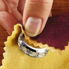 <p>Hoje em dia, grande parte das mulheres, utiliza mais acessórios como brincos, pulseiras e colares de materiais que não o ouro ou prata puros. Seja porque razão , cada vez mais os acessórios usados são de outro tipo de metais. Tirar Manchas de Bijutaria Mas quantas vezes não acontece que …</p>
