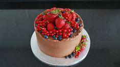 Przepis na tort czekoladowy z malinami to puszysty biszkopt czekoladowy, krem czekoladowy z warstwą czekoladowego ganache i maliny. Sprawdź przepis. Panna Cotta, Cake, Ethnic Recipes, Food, Dulce De Leche, Kuchen, Essen, Meals, Torte