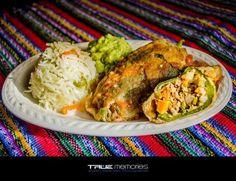 Los Chiles Rellenos son pimientos rellenos de carne y verduras, envueltos en huevo. Si se quieren picantes se puede utilizar chiles jalapeños. Se acompañan con arroz y salsa de tomate o en la refac…