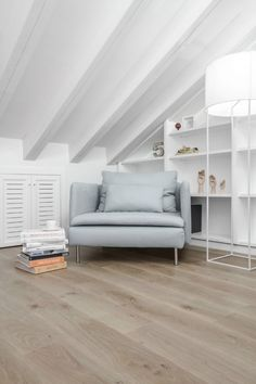 Kinderzimmer Dachschräge Weiß Leseecke Parkettboden